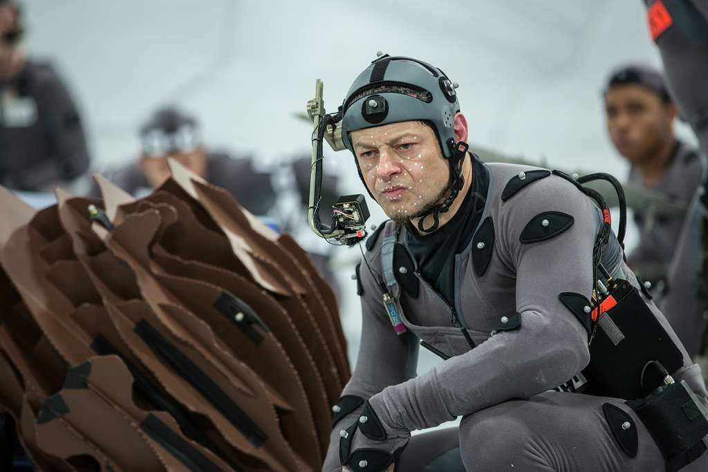 Andy Serkis, ici sur le tournage de La Planète des singes : L'affrontement (2014), deuxième volet de la trilogie, fournit les mouvements et les expressions du visage du chimpanzé César via la performance capture. © Twentieth Century Fox France