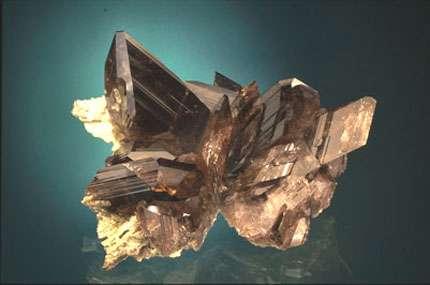 Ferro-axinite - Le rocher d'Armentier, Oisans, Isère - Collection Eric Asselborn © Photo : Jeffrey Scovil - Reproduction et utilisation interdites