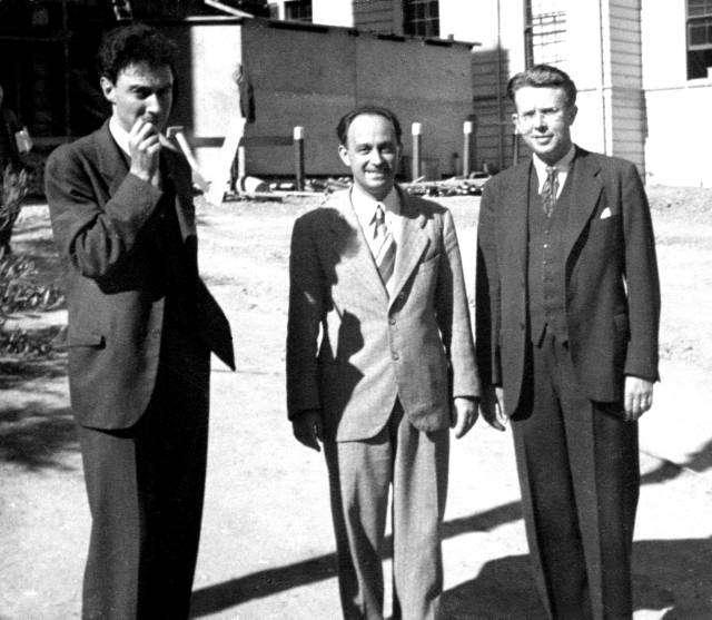De gauche à droite, Robert Oppenheimer, Enrico Fermi et Ernest Orlando Lawrence, l'inventeur du cyclotron utilisé pour sonder le noyau. © Wikipedia, domaine public