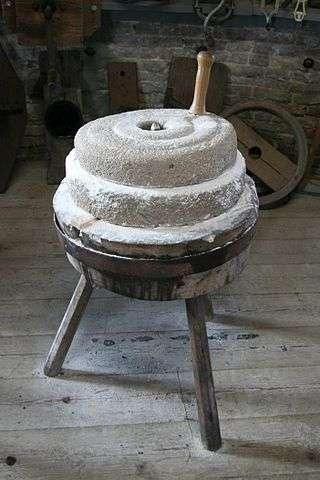 Les meilleures pierres meulières sont-elles en calcaire, en basalte ou en grès ? Ici, une meule de Hollande. © Quistnix licence Creative Commons Paternité – Partage des conditions initiales à l'identique 2.5 générique