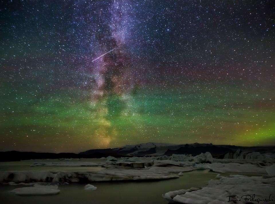 Le spectacle est total au-dessus du lac glaciaire Jökulsárlón, en Islande, avec une aurore boréale, la Voie lactée et le passage d'une Géminide. © Iurie Belegurschi Photography