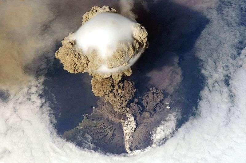 Les cendres d'un volcan en éruption peuvent s'envoler très haut dans le ciel et recouvrir durablement une région, empêchant les rayons du soleil de passer, entraînant un épisode de refroidissement climatique. C'est ce qu'il s'est produit il y a 40.000 ans, mais Néandertal avait déjà entamé son déclin. © Nasa, Wikipédia, DP