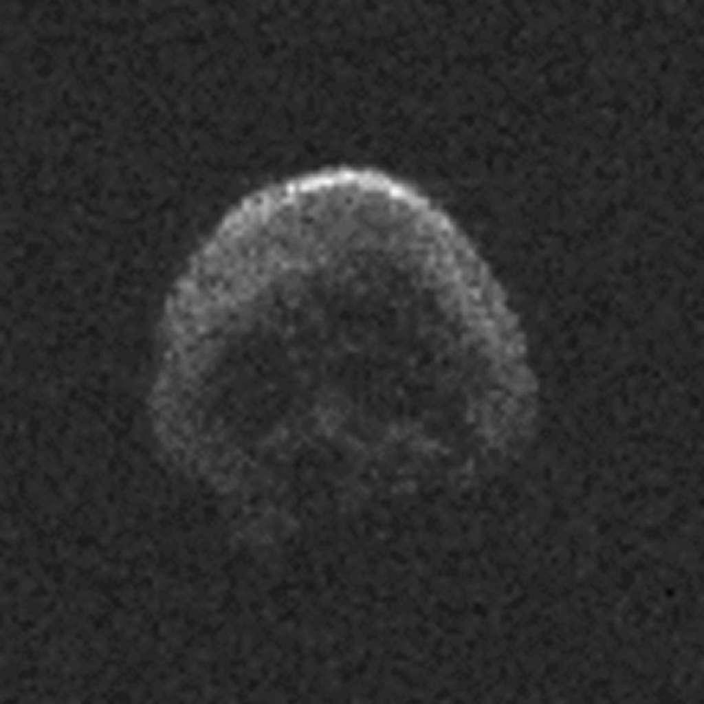 Sur cette image radar réalisée avec le radiotélescope d'Arecibo le 30 octobre, « l'astéroïde d'Halloween » 2015 TB145, surnommé aussi la « grosse citrouille », ressemble à un crâne comme sur les drapeaux des pirates! La résolution est de 7,5 m par pixel. © NAIC-Arecibo, NSF
