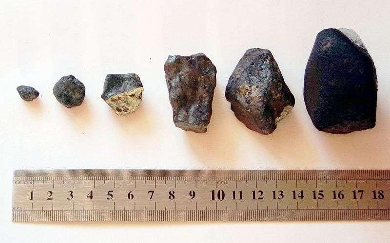 Fragments de la météorite de Tcheliabinsk, retrouvés par une équipe de l'université de la ville de l'Oural. © Alexander Sapozhnikov, Wikimedia, Creative Commons