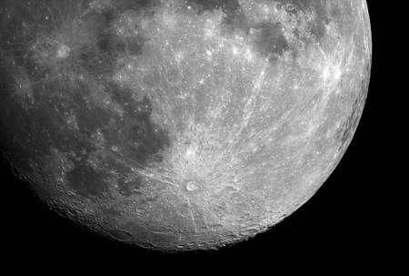 Le cratère Tycho est bien visible en bas à droite avec ses éjectats s'étendant sur un rayon de 1500 km (Crédit : NASA).