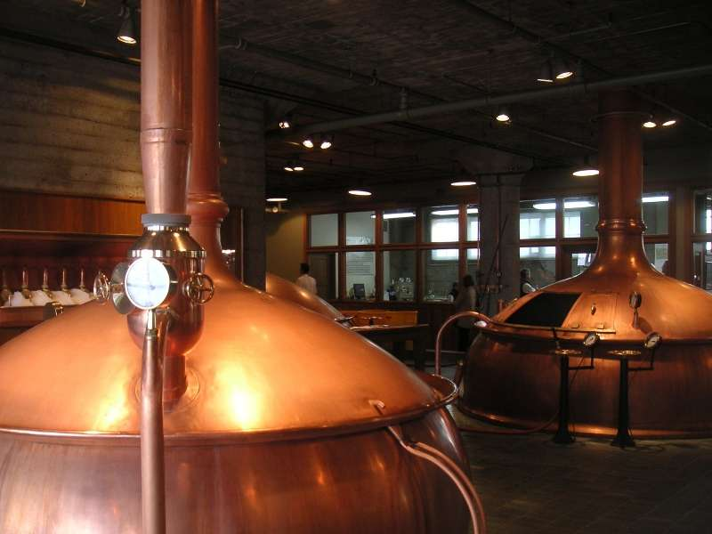 Dans les brasseries industrielles, la fermentation a lieu dans d'immenses cuves, parfois en cuivre comme ici à la Anchor Brewing Company à San Francisco. © ibison4, Flickr, CC by-nc-sa 2.0