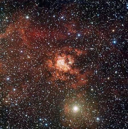 Cette image de la nébuleuse Gum 29 a été obtenue au moyen de l'instrument Wide Field Imager (WFI) installé au foyer du télescope Max Planck de l'ESO sur le site de La Silla, au Chili. Crédit ESO