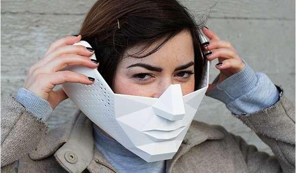 Cet étrange masque Eidos Audio donne l'impression de percevoir les sons directement dans la tête. Le système repose sur deux écouteurs et un transducteur placé dans la bouche. Par conduction osseuse, le son touche l'oreille interne en passant par la mâchoire et les dents. Le masque est doté de microphones directionnels qui permettent d'isoler un son particulier. On peut par exemple écouter une personne parler au beau milieu d'une foule. © Tim Bouckley/Millie Clive-Smith/Mi Eun Kim/Yuta Sugawara, Royal College of Art