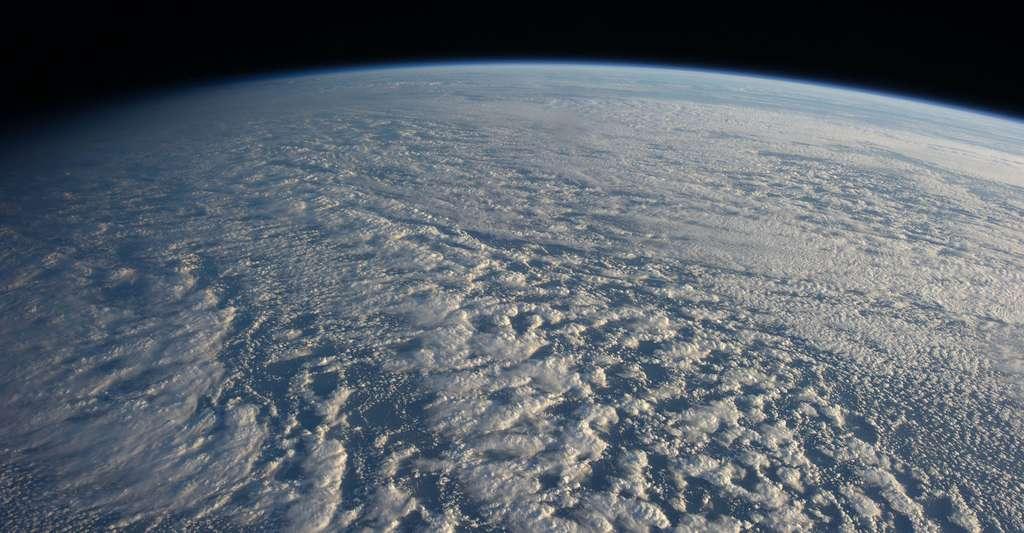 Les stratocumulus que l'on observe ici depuis la Station spatiale internationale sont omniprésents au-dessus des océans du globe. Ils reflètent la lumière du Soleil vers l'espace, gardant la Terre au frais. Mais des modèles climatiques prédisent aujourd'hui que cette capacité s'affaiblit avec le réchauffement climatique, renforçant ainsi le phénomène. © Nasa