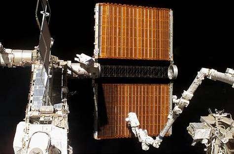 Retrait du panneau en progrès. Crédit NASA.