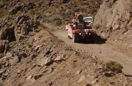 Très loin des circuits gentiment balisés des premiers essais de véhicules automatiques, la piste du Darpa Grand Challenge est un parcours en plein désert, digne d'un Paris-Dakar.