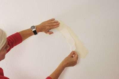 Pour armer une fissure, il faut placer une bande spéciale (calicot) entre deux couches d'enduit. © Alain Fuksa (libre de droits pour Futura, toute autre utilisation interdite sans le consentement de l'auteur)