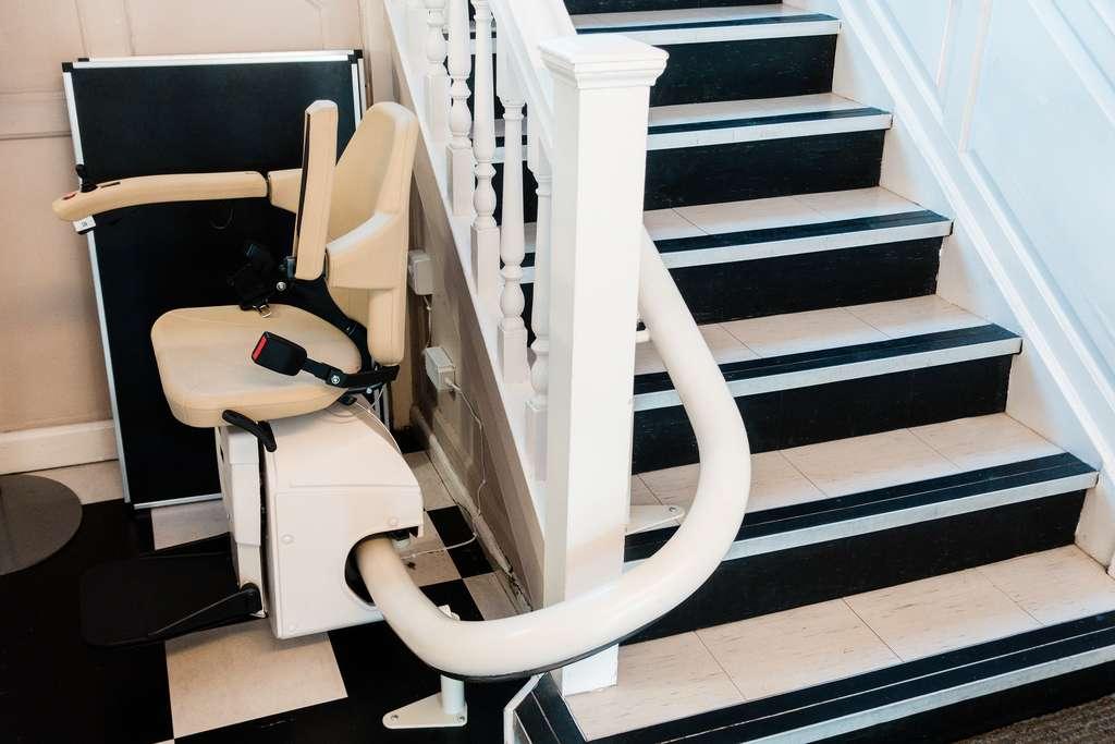 Un fauteuil d'escalier électrique peut s'installer sur un escalier existant. © wittayayut, Adobe Stock
