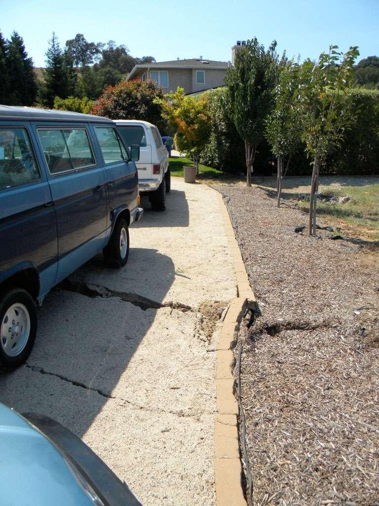 Déplacement d'une dizaine de centimètres d'une bordure le long d'une voie résidentielle de la Napa Valley. © Austin Elliott, UC Davis (Comet)