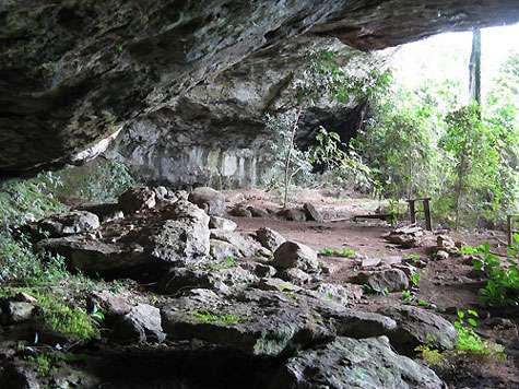La grotte de Shum Laka a été fouillée durant les années 1980 et 1990 par des archéologues belges et camerounais. Les premières traces d'activités humaines remontent à 32.000 ans. Par ailleurs, les 18 individus découverts, enterrés sur le site, attestent de sa fonction de sépulture il y a 8.000 et 3.000 ans. © Olivier Testa