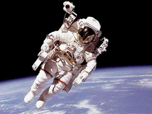 L'Américain Bruce McCandless et son Manned Maneuvering Unit (MMU), plus communément appelé scooter de l'espace, réalisant un vol libre autour de la navette Challenger. C'était en 1984. Aujourd'hui, l'engin n'est plus en service. © Nasa