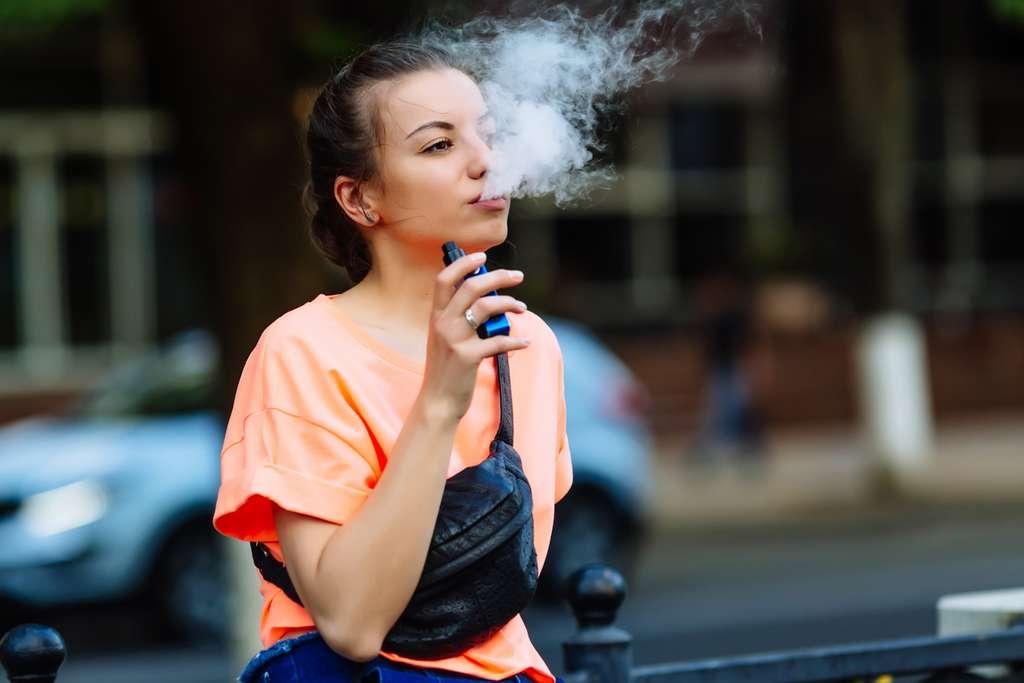 L'OMS renforce sa mise en garde en direction des jeunes gens dont le cerveau continue de se former jusqu'à 25 ans. © Licsiren, Istock