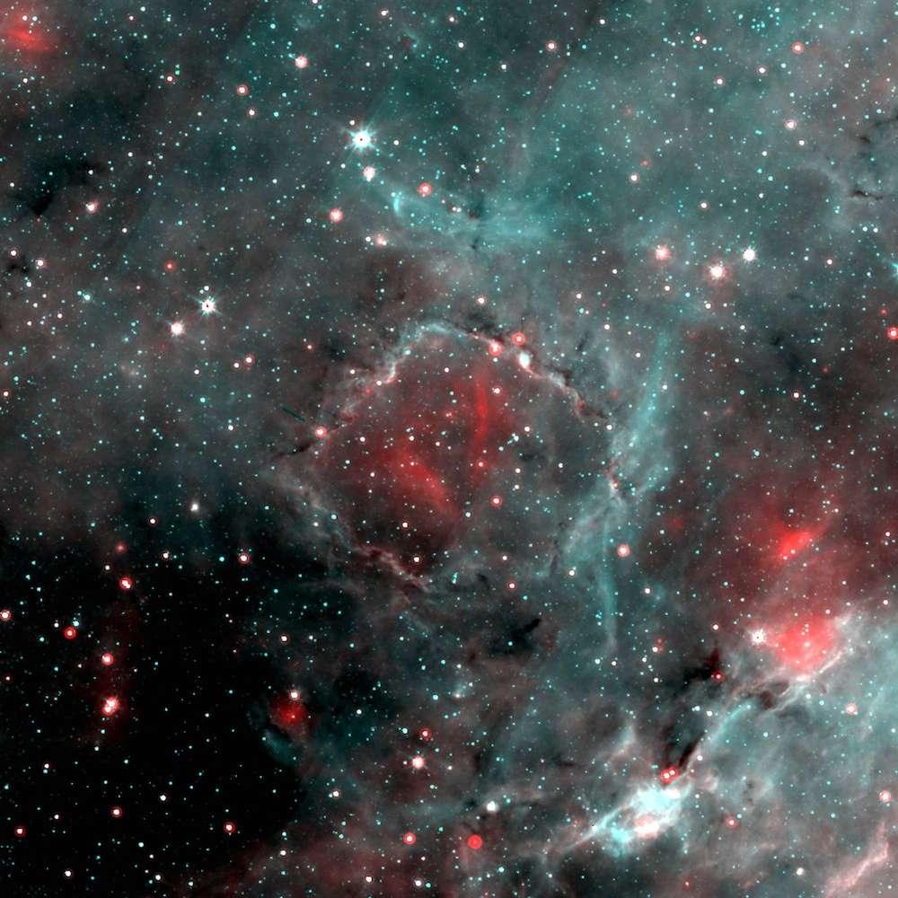 À l'image de ce qui se produit actuellement dans G15.68-0.28, surnommé la « bulle carrée » (au centre), notre étoile et ses nombreux frères et sœurs sont nés après l'explosion d'une supernova au sein du nuage moléculaire parent, lequel est recherché par les astronomes (ou du moins ce qu'il en reste). © Spitzer, Nasa, CNRS