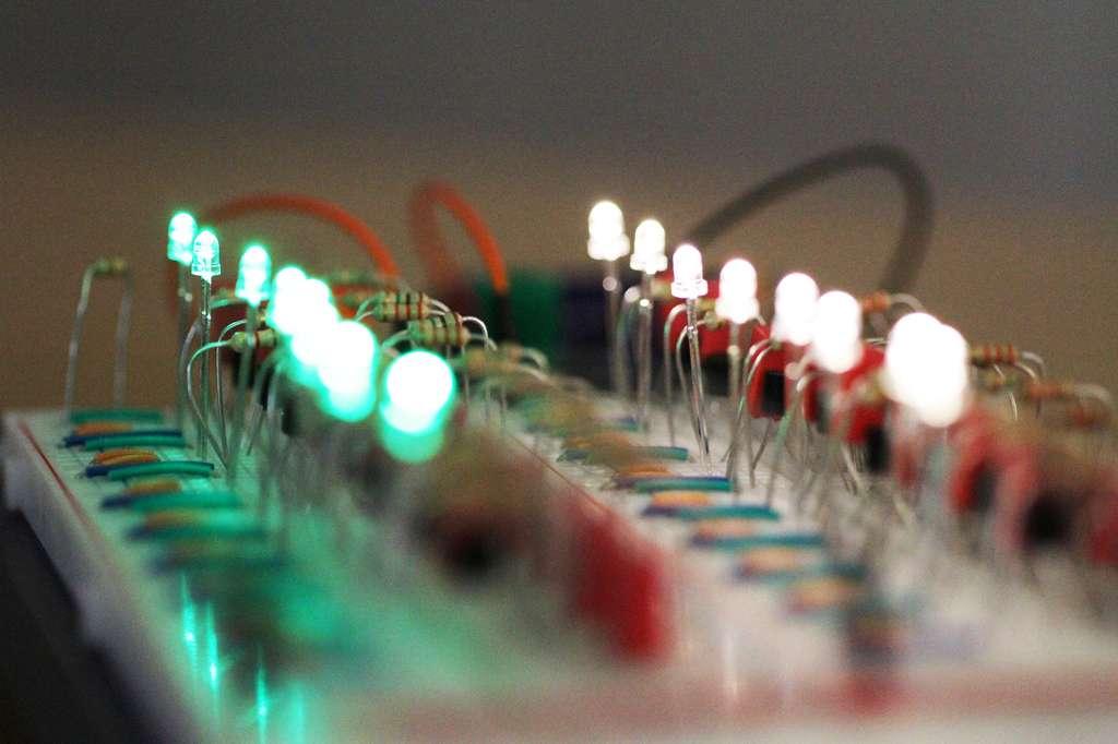 Les chercheurs de l'université de Kiel (Allemagne) ont interconnecté des oscillateurs par le biais de memristors. Ceux-ci se sont alors synchronisés comme le font les neurones dans le cerveau humain. © Christian Urban, Kiel University