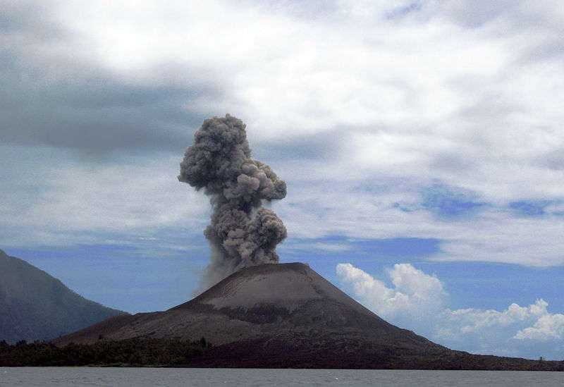 Le Krakatoa, en Indonésie, photographié en 2008. L'éruption du 27 août 1883 a été extrêmement violente, engendrant d'énormes quantités de poussières disséminées dans l'atmosphère mondiale. © Flydime, cc by 2.0