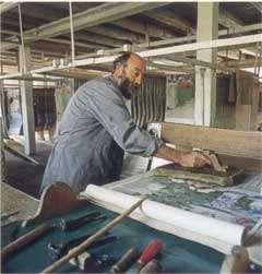 Planches de bois du XIXe siècle de la manufacture Zuber et impression manuelle du papier selon la technique originelle. © Zuber & Cie