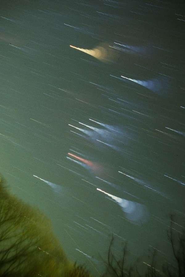 Cette image de la constellation d'Orion a été réalisée en déréglant la mise au point de l'appareil photo pendant la pose pour mieux voir les couleurs. Barnard 33 se situe à côté d'Alnitak, la première des 3 étoiles alignées au centre de l'image. La géante Bételgeuse a laissé sa trace orange en haut tandis que la nébuleuse M 42 est trahie par sa couleur rouge sous Alnitak. © J.-B. Feldmann
