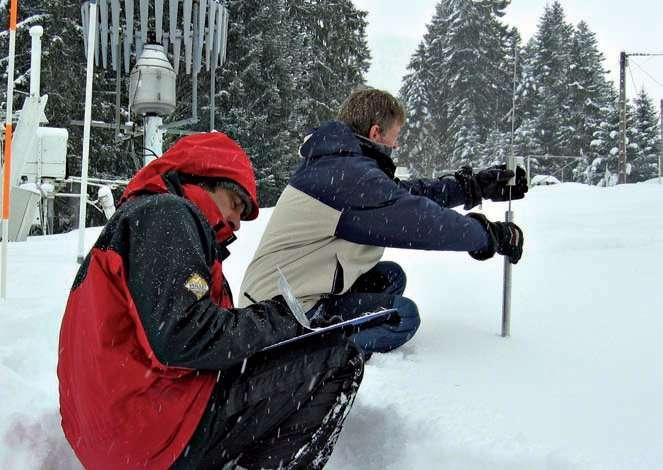 Les pisteurs mesurent la résistance du manteau neigeux une fois par semaine. Ils utilisent une sonde par battage, à l'image. L'homme lâche un poids à une hauteur donnée qui coulisse le long d'une tige. Il mesure alors l'enfoncement du dispositif complet et peut déterminer la résistance de la neige. © Météo-France, CEN