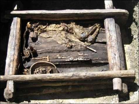 La momie d'un guerrier scythe a été mise au jour sur les montagnes de l'Altaï Cette tombe daterait de 2.500 ans (Courtesy of AFP/DDP/HO)