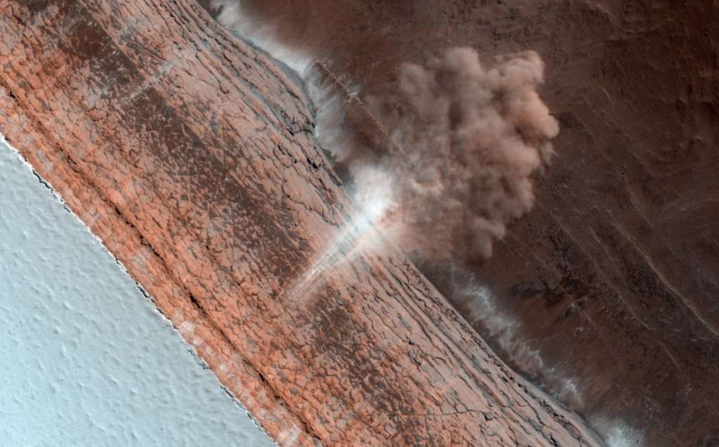 Depuis quelques années la caméra Hirise de MRO a photographié plusieurs avalanches sur la planète Mars. On voit ici le panache de poussières et de glace carbonique produit par un glissement de terrain le long d'une falaise de 700 mètres de hauteur (la partie la plus haute étant à gauche de l'image). © Nasa/JPL