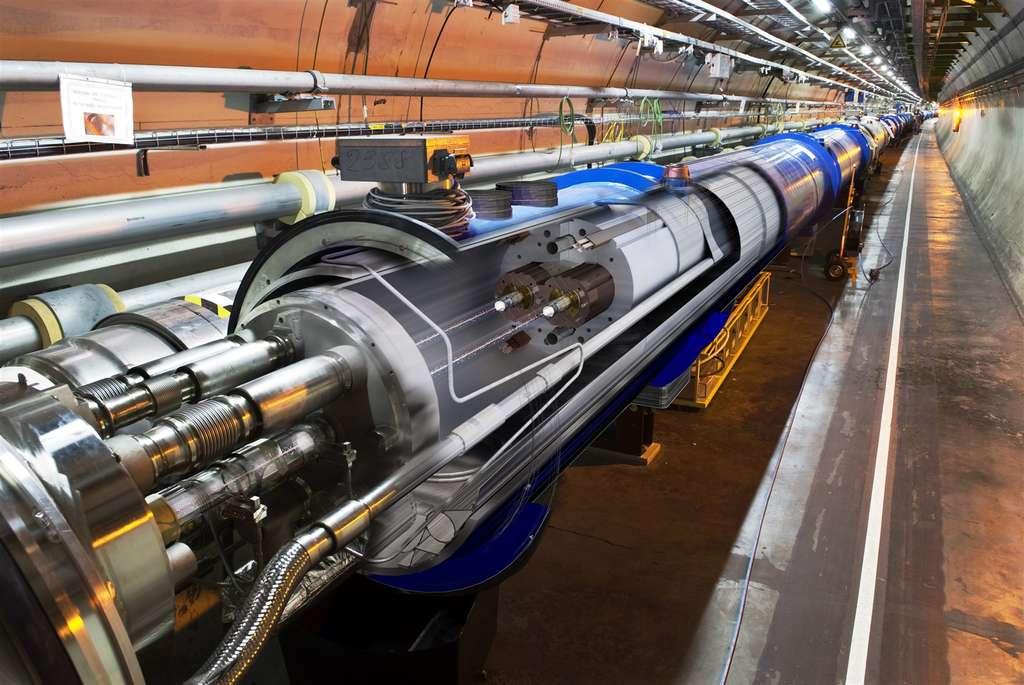 Un montage fabriqué avec une vraie photo du LHC dans son tunnel montrant, au centre la circulation des deux faisceaux de protons à travers l'un des aimants supraconducteurs. © Maximilien Brice, Cern