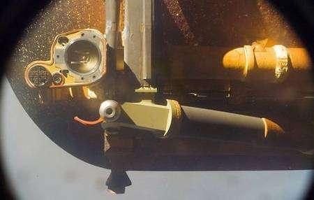 Détail montrant les raccordements électriques et de propergols. Crédit NASA.