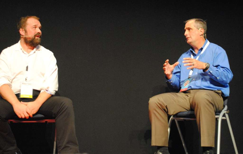 Réunir Massimo Banzi (à gauche), le fondateur d'Arduino, et sa communauté d'adeptes de l'open source avec Brian Krzanich (à droite), le patron d'Intel, est assez inattendu. Les deux personnalités ont pourtant travaillé de pair pour dévoiler une carte électronique baptisée Galileo, équipée d'une puce Quark 1.000 à faible consommation conçue par Intel. L'arrivée d'un industriel dans l'univers des makers reste toutefois inédite. © Sylvain Biget, Futura-Sciences