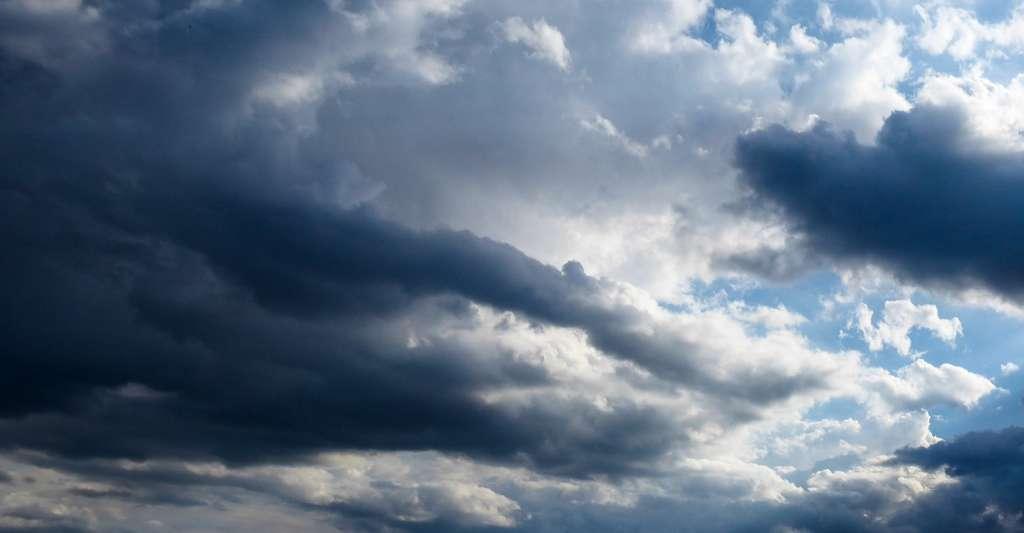 Les nuages annonciateurs de pluie, chargés en eau, apparaissent généralement plus sombres que les autres. © Gellinger, Pixabay, CC0 Creative Commons