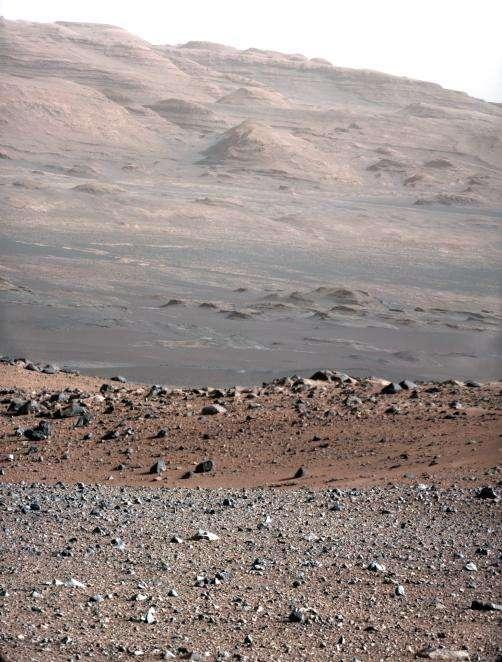 Prise le 23 août 2012 par la caméra Mastcam, cette image montre le pied du mont Sharp. Les couleurs ont été retouchées, après calibrage des instruments, pour mieux restituer la réalité des tons. La version présentée au bas de cet article indique les distances. © Nasa/JPL-Caltech/MSSS