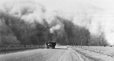 Une tempête de poussière dans la région de Prowers, dans le Colorado, en 1937, à l'époque du Dust Bowl. © Western History Collection, University of OklahomaVisiblement, il ne suffira pas d'effacer un paragraphe pour écarter le danger… On peut remarquer aussi que cet épisode du Dust Bowl avait causé un tel traumatisme que d'énergiques mesures avaient été prises pour améliorer les pratiques agricoles (le labourage excessif a notamment été mis en cause), que l'écologie est devenue une science à part entière et qu'une certaine conscience de l'environnement est alors apparue.Côté européen, l'accueil a été au contraire enthousiaste. La Commission européenne a salué le rapport. Stavros Dimas, le Commissaire européen, a affirmé que le texte « plaidait en faveur de l'objectif fixé par l'Union européenne, à savoir de limiter le réchauffement planétaire à 2° C au maximum au-dessus de la température de l'ère préindustrielle ». Les 27 pays de l'Union européenne ont décidé le mois dernier une série de mesures, notamment l'augmentation de la part des énergies renouvelables et la réduction de leurs émissions de gaz à effet de serre d'au moins 20 % d'ici 2020 par rapport à 1990.