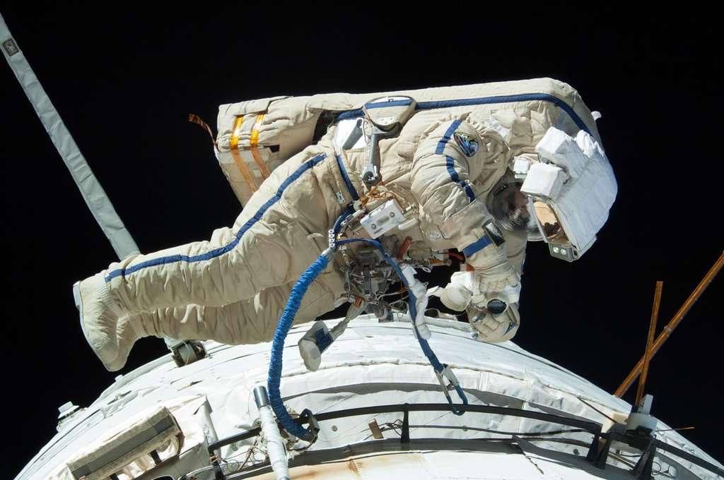 Non, cette photo ne date pas du début de la conquête spatiale. Elle a été acquise il y a quelques jours lors de la sortie dans l'espace du cosmonaute russe Alexander Misurkin. Tel qu'on le voit ici, engoncé dans sa combinaison, on comprend mieux la difficulté qu'a ce cosmonaute à travailler sans contrainte physique. © Nasa