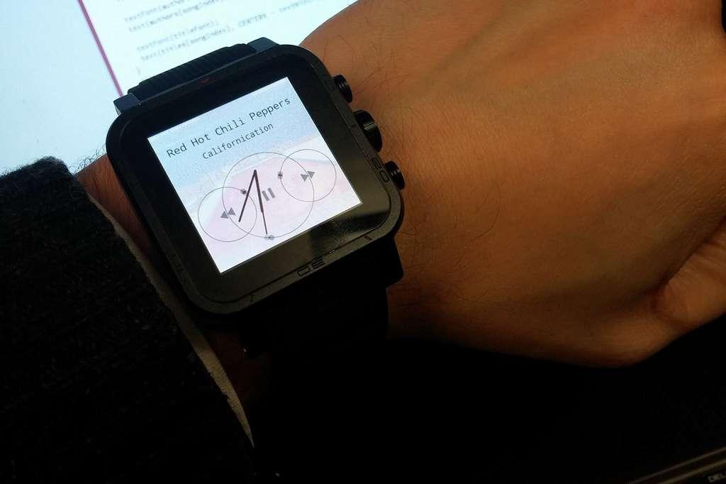 Sur cet exemple, l'application Orbits permet de contrôler le lecteur de musique de la montre d'un simple regard. Autour de chaque bouton, une cible visuelle tourne à une vitesse différente. Pour sélectionner une action, l'utilisateur doit simplement suivre l'un de ces points en mouvement. © Hans Gellersen, University of Lancaster