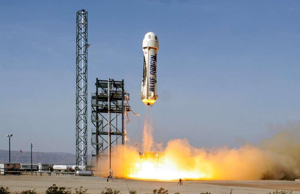 Au décollage, le lanceur suborbital New Shepard conçu pour des vols réutilisables à une centaine de kilomètres. Cet étage volant et sa capsule habitée sont destinés aux vols touristiques que compte commercialiser Blue Origin d'ici quelques années. Les lanceurs New Glenn viendront donc compléter l'offre de service de lancement de Blue Origin avec une capacité à répondre à tous les besoins des marchés. © Blue Origin