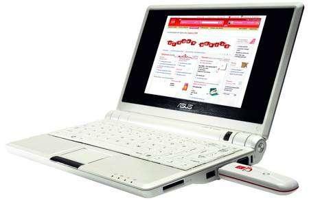 Avec un vrai clavier et un écran de 15,3 x 9,3 centimètres, l'EEE-PC a vraiment l'allure d'un portable. La clé USB contient un modem UMTS. Crédit SFR