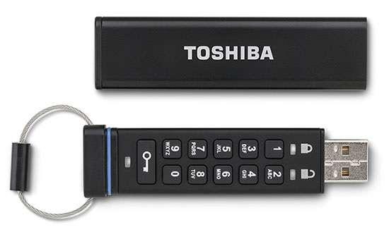 En raison de leur profusion et de leur usage souvent limité à l'échange de fichiers, les clés USB doivent se réinventer. Depuis quelques années, de nombreux modèles intègrent des systèmes de chiffrement pour protéger les données stockées sur la mémoire de la clé. Ce modèle de Toshiba permet même de saisir directement un code pour accéder aux données. Avec cette clé, ce qui est certain, c'est qu'elle cache quelque chose d'important à protéger... © Toshiba