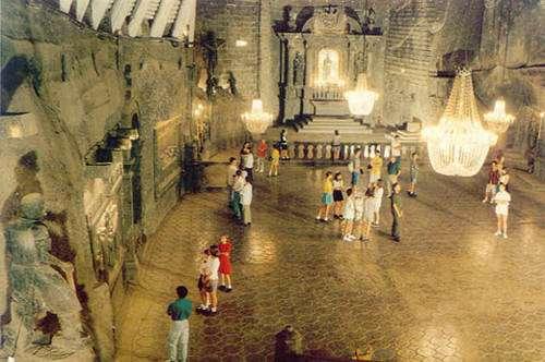 Wieliczka : Intérieur de la mine qui ne reste ouverte que pour le tourisme, ici il s'agit d'une chapelle construite entièrement en sel à l'intérieur même de la mine.