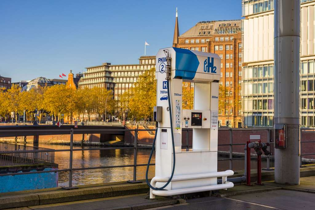 Une station de gaz hydrogène, pompe à carburant H2, dans la ville de Hambourg (Allemagne). © TimSiegert-batcam, Adobe Stock