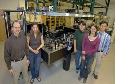 Les membres du Fleming research group à l'origine de la découverte sur le mécanisme de la photosynthèse (à partir de la gauche) : Greg Engel , Tessa Calhoun, Tae-Kyu Ahn, Elizabeth Read et Yuan-Chung Cheng (Crédits : photo by Roy Kaltschmidt, Berkeley Lab Creative Services Office).