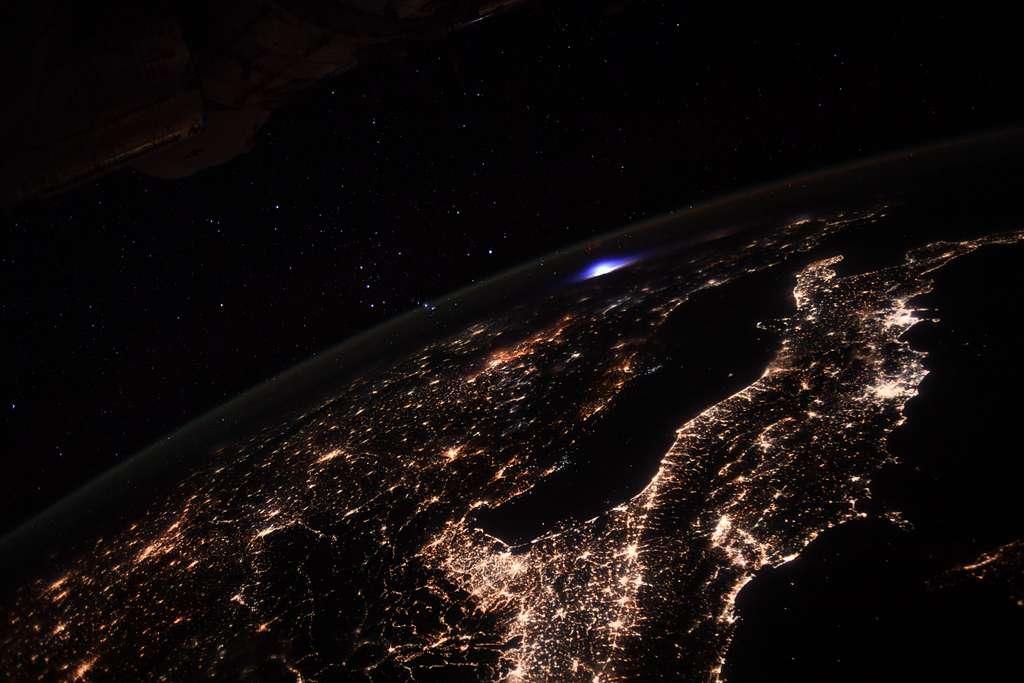 « Photo extraite d'une série réalisée lors d'un timelapse au-dessus de l'Europe. Coup de chance, elle montre un éclair et des sprites dans la haute atmosphère ! Ces phénomènes lumineux sont rares et très courts, ce qui les rend difficiles à photographier et à étudier. La Station spatiale internationale est équipée d'un instrument dédié à leur observation. Il est situé à l'extérieur du module Columbus (c'est mieux pour observer l'atmosphère). L'ISS est particulièrement adaptée pour ces observations car elle survole plusieurs fois par jour l'équateur où on trouve le plus d'orages. Un truc fascinant à propos de ces éclairs, c'est qu'ils sont restés à l'état de légende pendant des décennies, racontées par des pilotes, et les scientifiques n'étaient pas convaincus de leur existence. On sait maintenant que les sprites, les elfes et autres jets bleus ou géants existent réellement et qu'ils pourraient avoir une influence sur le climat.» Photo prise le 9 septembre 2021. On reconnaît au premier plan, la botte de l'Italie et son maillage urbain. © ESA, Nasa, T. Pesquet