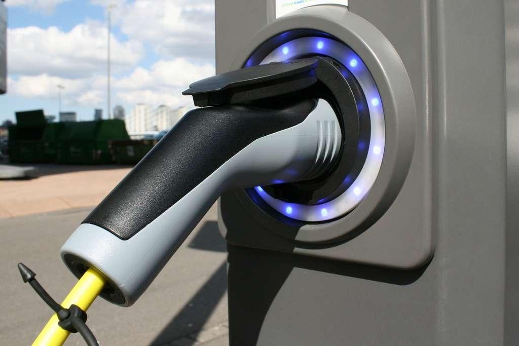 L'adoption de la voiture électrique passera non seulement par une baisse des prix une fois la fin des subventions mais aussi par l'existence de réseaux de stations de charge suffisamment denses. © Estations, Fotolia