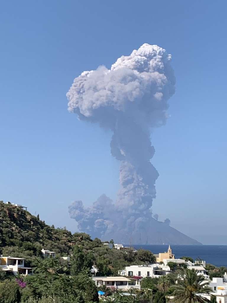 Photo publiée sur le compte Twitter de @FionaCarter et prise de l'île de Panarea montrant l'éruption du Stromboli le 3 juillet 2019. © Fiona Carter - Twitter account of @FionaCarter/AFP