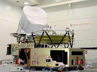 Les modèles de qualification cryotechnique (CQM) et proto-vol (PFM) de l'observatoire Planck dans la salle blanche d'Alcatel Alenia Space à Cannes. Seul le CQM est équipé ici de son télescope. (crédit : Alcatel Alenia Space / ESA)