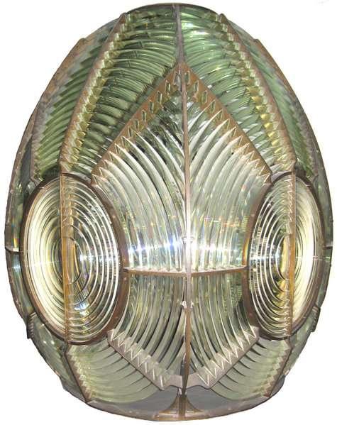 En photo : la lentille à échelon, exposée au Musée de la marine à Paris, permettait de démultiplier le pouvoir éclairant des phares. © Wikimedia Commons