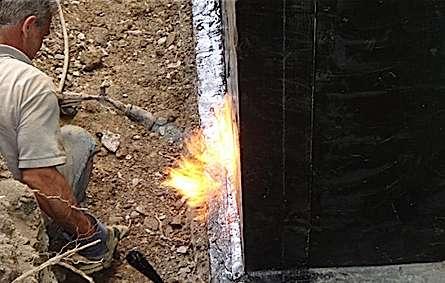 La membrane thermofusible se pose au chalumeau en prenant soin de bien souder les lés. © fissuresetdrain.com