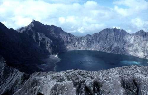 Le cratère du Pinatubo aux Philippines après son éruption majeure de 1991 © J.M. Bardintzeff